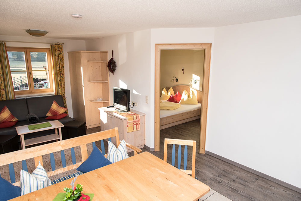 Ferienwohnung Urlaubsfreude - das Esszimmer mit Blick in das Schlafzimmer