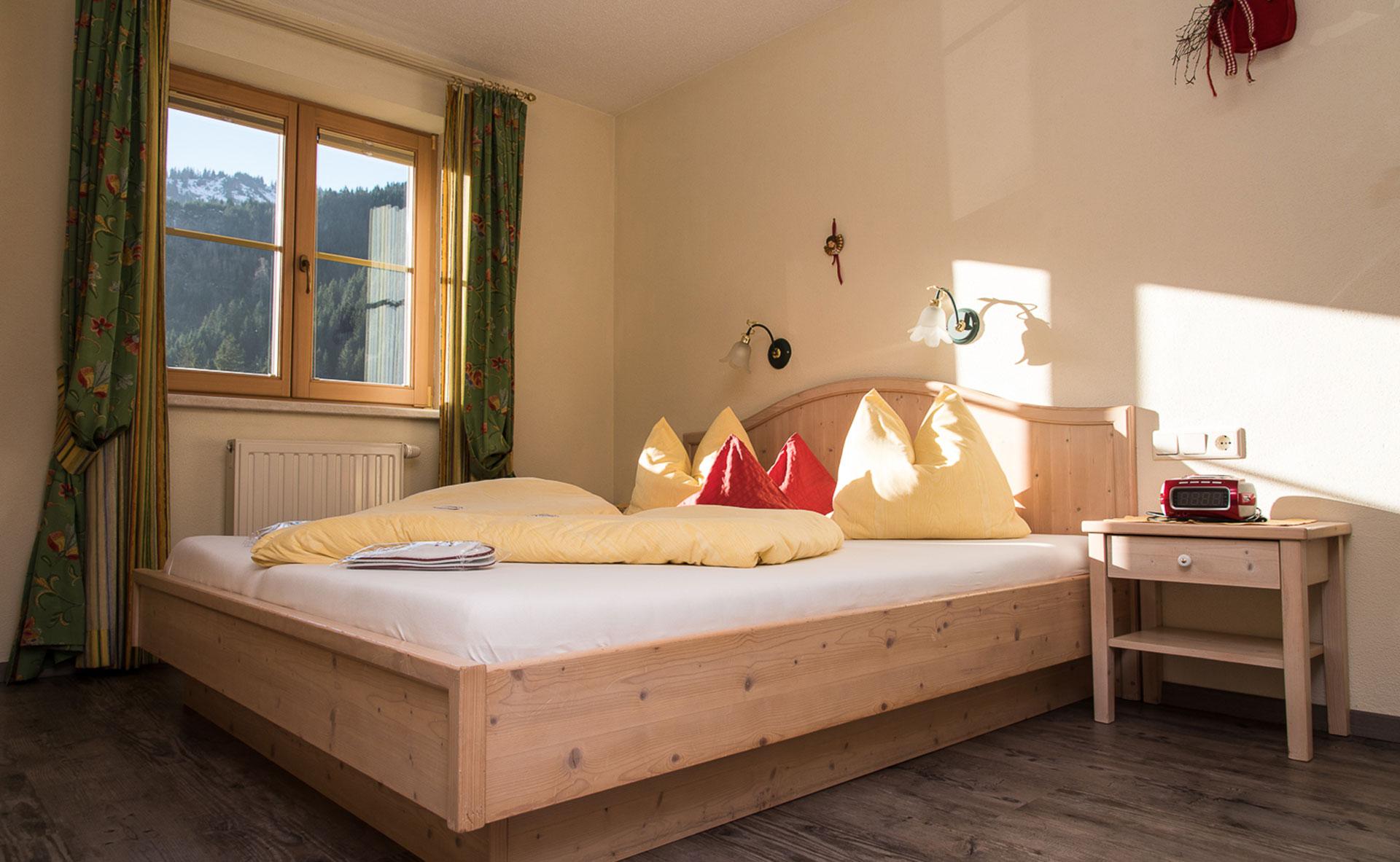 Ferienwohnung im Frühstücksraum im Doppelzimmer im Bio-Bauernhof Vilshof in Tannheim