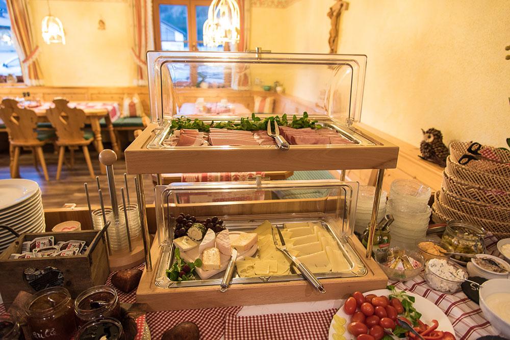 Frühstücksbuffet: Auswahl an Wurst und Käse